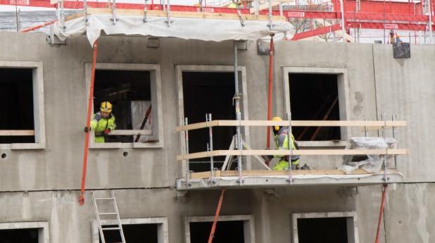 Byggarbetare på husbygge. projektet_gronskan_9