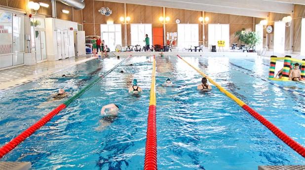 Folkhäslomyndigheten uppdterar sin tillsynsvägledning och ett område som ingår är bassängbad.Människor som badar i simbassäng