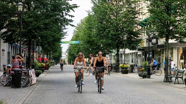 På en cykelgata måste övrig trafik anpassa sig till cyklarnas tempo.