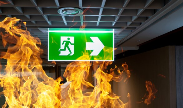 33267861-green-fire-escape-sign-hang-on-the-ceiling-in-the-office