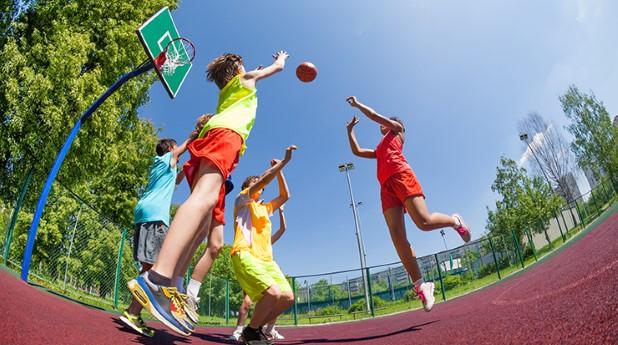 aktivitetspark_barn spelar basketboll_mostphotos