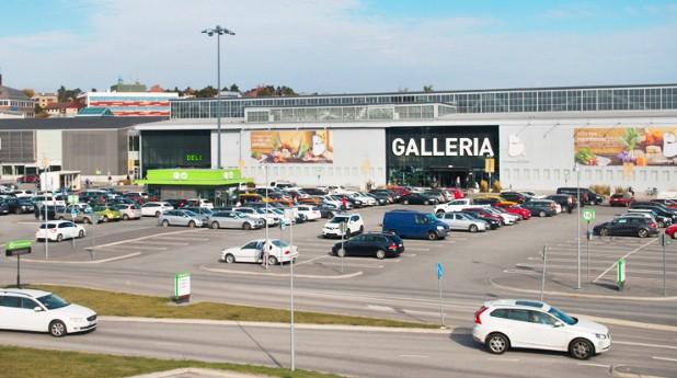 handelsområde med parkeringsplatser