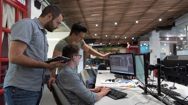 Byggherrar som studerar data på skärm, Mostphotos