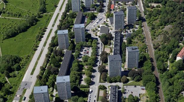 Sex hyreshus i Valla Torg byggda under sextiotalet ska renoveras och förses med den senaste beprövade tekniken inom energieffektivisering.