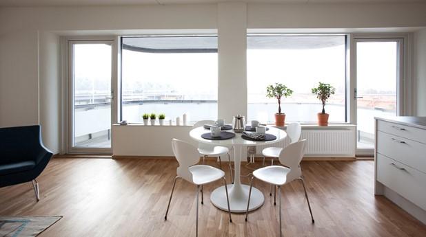 För att uppnå kraven på dagsljus inomhus behövs det fönster som är mellanstora till stora.