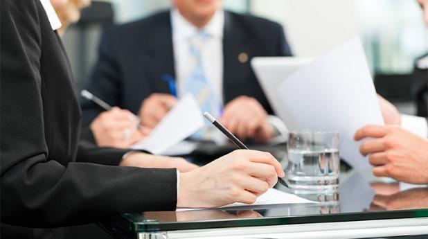 Personer som skriver på papper. andring-av-upphandlade-avtal_arne-trautmann_740x413