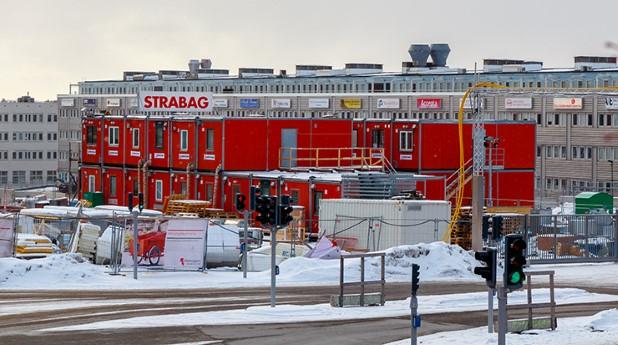 Röda byggbodar på arbetsplats_jan-erik-kaiser_740x413