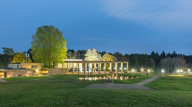 23207140-skogskrematoriet-pa-skogskyrkogarden-pa-allhelgonanatten-med-alla-sin-tanda-ljus_roland-lundgren