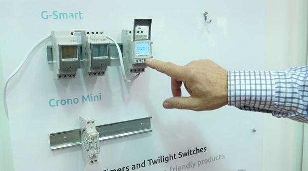 """Priset som """"Bästa Elnyhet"""" tilldelades Gycoms nya digitala kopplingsur G-smart. G-smart går att ställa in via en app i en bluetoothuppkopplad smartphone eller läsplatta, det är något som spar mycket tid för installatören."""