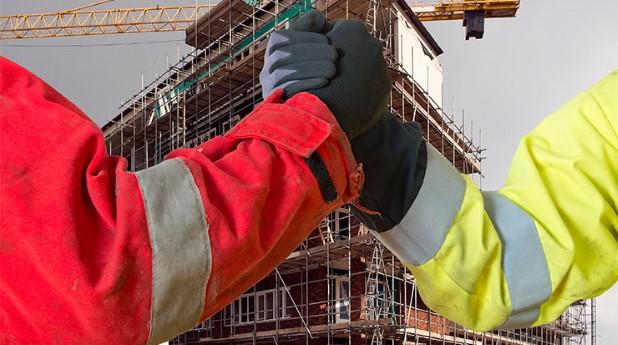 bygg- och anläggningsentreprenadkontrakt_Byggare framför nybygge